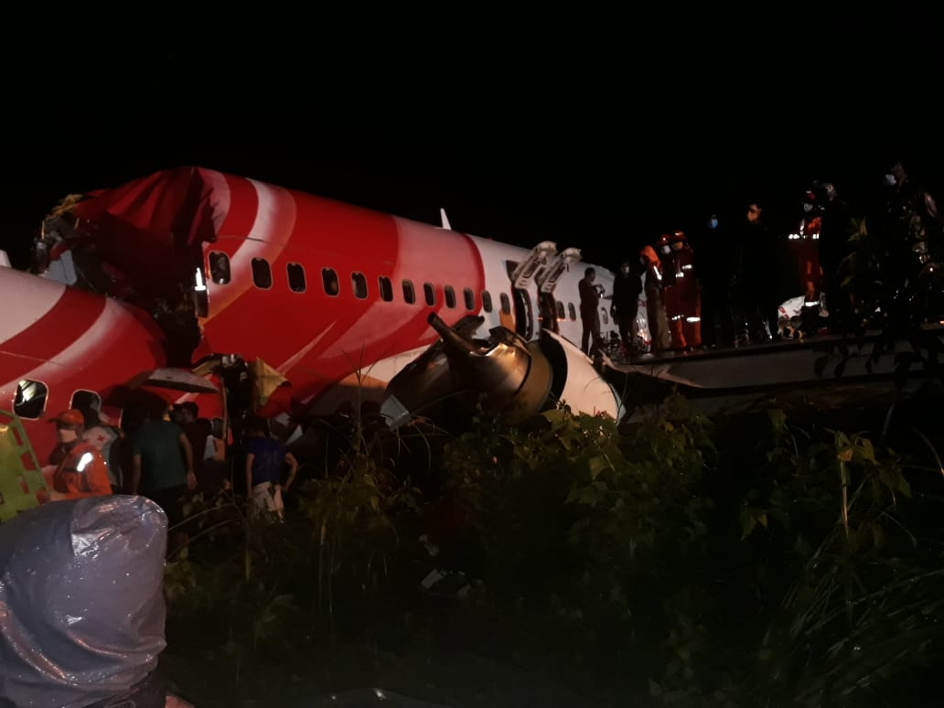 #KerelaPlaneCrash: 17 dead , including the pilot and co-pilot after plane splits into two while landing...